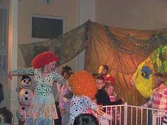 DIVADLO MAZEC dorazilo do Milíkova, aby pobavilo děti na vánoční besídce.