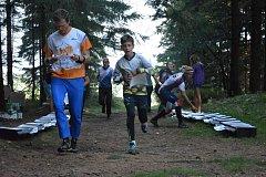 Jonáš Černý (uprostřed) právě vybíhá do závodu