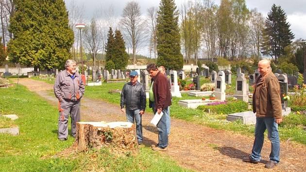 REKONSTRUKCE hřbitova v Hranicích trvala téměř rok. Na místě padly i některé staré a nemocné stromy.