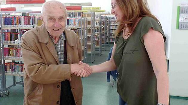Nejstarším registrovaným čtenářem chebské městské knihovny je Václav Otta. Ten právě oslavil 95 let a k tomuto významnému životnímu jubileu mu popřáli také knihovníci.