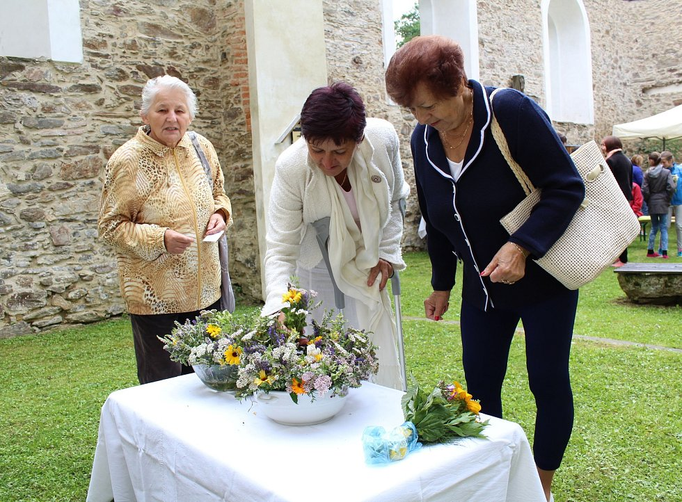 Z KOSTELA ve Vysoké si mohli lidé domů odnést svazek požehnaných bylin k ochraně sebe i svého majetku.
