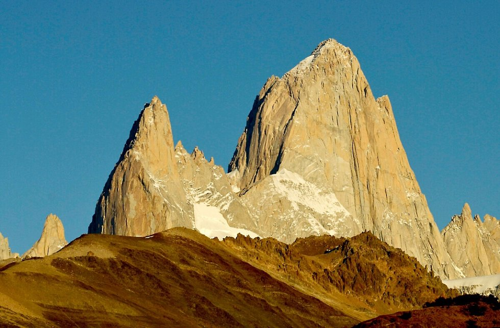 STRHUJÍCÍ PATAGONSKÉ scenérie zahrnují gigantické skalní věže, mohutné ledovce, malebná horská údolí, ale i nekonečné pláně s vysokou oblohou a dalekými obzory. Divoká příroda je domovem lam guanak, pštrosů nandu, kondorů a dalších.