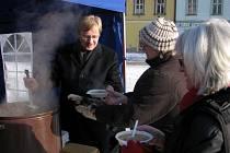 Starostova polévka a závěr Tříkrálové sbírky na chebském náměstí Krále Jiřího z Poděbrad