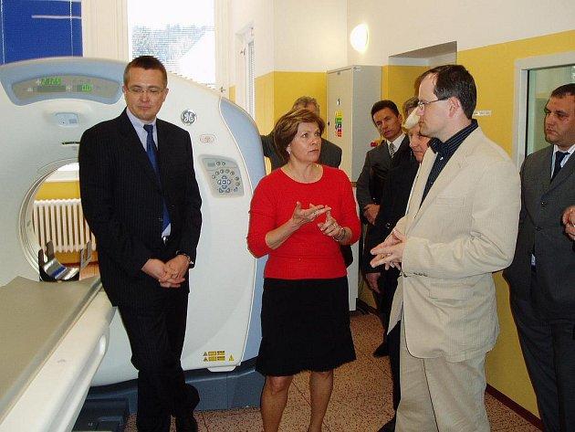 Zástupce společnosti Promedica představuje za pomoci doktorky Věry Procházkové a doktora Romana Šmuclera (zprava) funkce nového tomografu