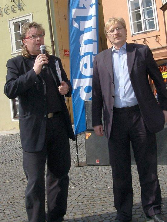 Na Den s Deníkem zavítal také chebský starosta Jan Svoboda (vpravo). Musel čelit všetečným otázkám šéfredaktora Chebského deníku Vladimíra Kučery (vlevo) i mnoha Chebanů.