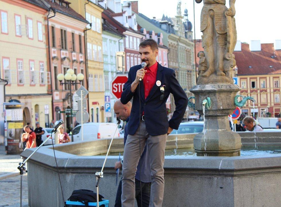 Kvůli hrozbě návratu hazardu do města uspořádala opoziční strana demonstraci před chebskou radnicí, které se zúčastnilo kolem dvou set lidí.