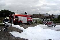 Mariánskolázeňští hasiči si vyzkoušeli hašení ze,ědělské techniky na farmě ve Vysoké