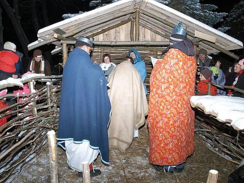 ŽIVÝ BETLÉM v Podhradí na Ašsku přilákal na osm desítek lidí. Návštěvníci obdivovali herce, že jsou schopni vydržet ve čtrnáctistupňovém mrazu a litovali zejména Jezulátko.