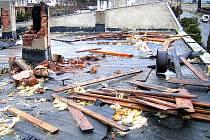 Následky řádění tornáda v obci Třebeň na Chebsku. Zničilo střechu rodinného domku.