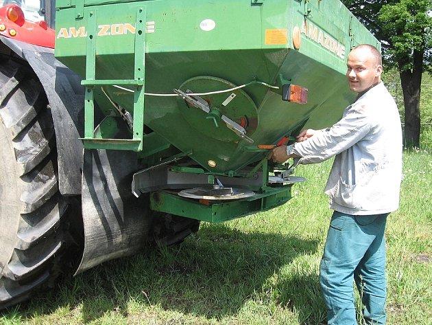 Zemědělci se obávají, že přijdou o půdu, na které hospodaří. Drahé stroje tak budou ležet ladem.
