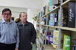 Jedinečný zážitek připravili chebští knihovníci pro zrakově postižené z místního TyfloCentra. Provedli je celou knihovnou, a to i místy, která jsou běžně veřejnosti nepřístupná.