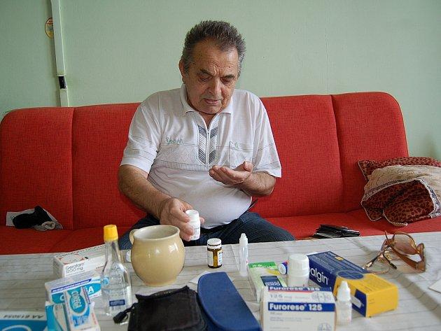 ROLF RUHFAUT musí denně brát kvůli svému zdravotnímu stavu desítky léků. S chebskou nemocnicí má výborné zkušenosti a nemůže si ji vynachválit.