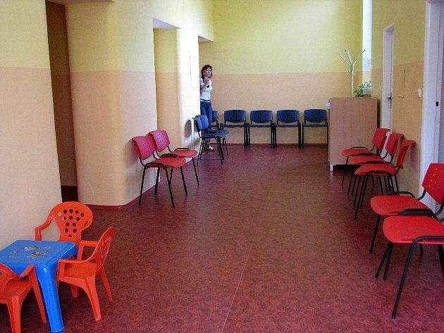 PENÍZE NA VÝSTAVBU NOVÉ KRAJSKÉ NEMOCNICE se teprve hledají, ale finance na opravu jednotlivých oddělení naštěstí jsou. Dětské oddělení chebské nemocnice se dočkalo nových prostor, v čekárně je nová krytina, okna a nové toalety.