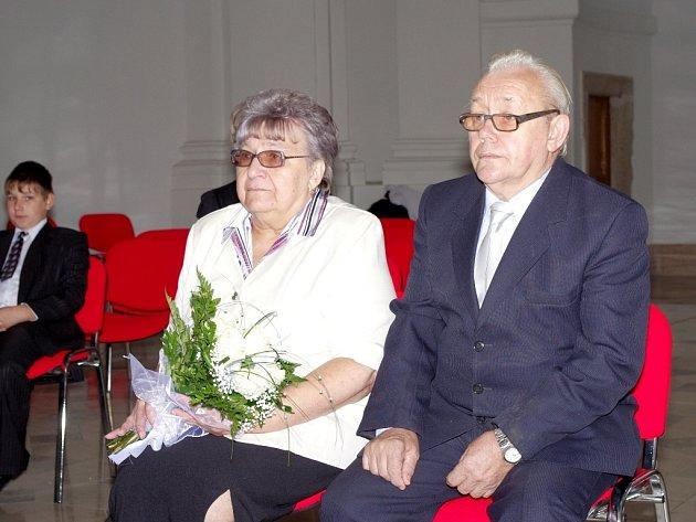 ZLATÍ´ MANŽELÉ Blanka a Siegfried Sittauerovi znovu obnovili svůj slib v obřadní síni kostela svaté Kláry.