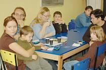 Desátý ročník Knihobraní (minitrhu knih) se uskutečnil o víkendu v chebském muzeu a přilákal několik desítek dětí i dospělí. Zejména caparti si malovaly různé stromečky a zkoušely vytvářet i malé knížky.