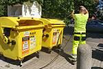 Projít v létě okolo některých popelnic je za trest. V Chebu je proto právě čistí.