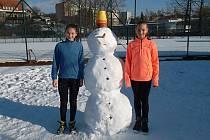 Finalistka dvouhry Horská a vítězka Gygalová (zleva) se symbolem zimy.