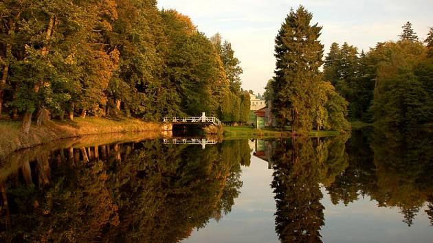 Své Ano si snoubenci často říkají na ostrůvku zámeckého rybníka v kynžvartském parku