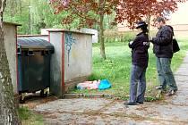 Policisté zajišťovali stopy na chebském sídlišti Skalka. Lidé tu našli mrtvého muže.