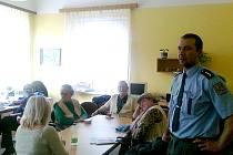 BESEDA se seniory z Mariánských Lázní se týkala nejen kontaktu s podvodníky, ale také například bezpečného přecházení.