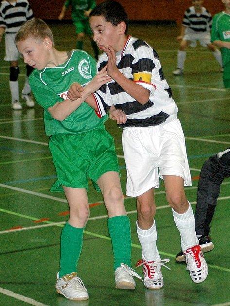 NEJLEPŠÍM  hráčem turnaje v Arzbergu zvolili odborníci Martina Oláha  (vpravo) z Aše hájícího barvy ČNFŠ.