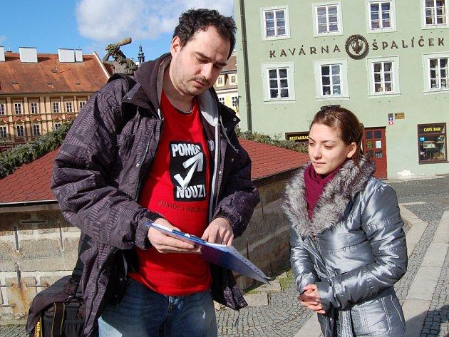 Občané Karlovarského kraje se mohou v ulicích nyní setkávat se studenty dobrovolníky, pomáhajícími ve velkém dotazníkovém průzkumu zaměřeném na problematiku domácího násilí.