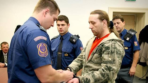 MIROSLAV ČUČELA (na snímku), byl jedním z  obžalovaných, kteří se včera snažili objasnit, proč  ukradli kamion plný zboží.