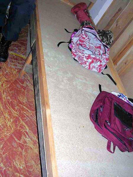 Tajný úkryt s nelegálním zbožím, který celníci objevili na tržnici ve Svatém Kříži u Chebu