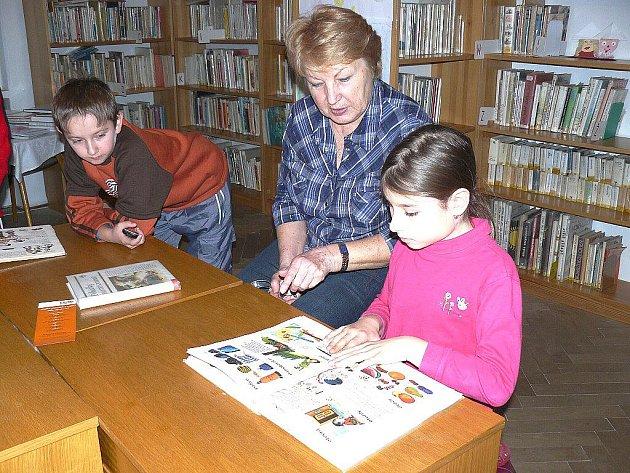UČITELKA Marie Horčičková v plesenské knihovně dětem nejen předčítala, ale také s nimi diskutovala o knihách.