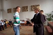 Na chebské radnici se sešli chebští školáci, kteří za své dobré sportovní výkony a reprezentaci škol obdrželi z rukou starosty Jana Svobody diplomy a drobné dárky