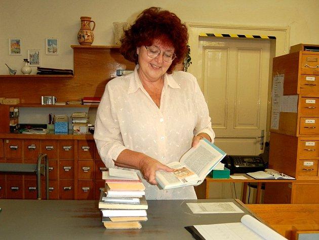 LECKDY KNIHOVNÍCI NALEZNOU VÍC. Vedoucí chebské knihovny Marie Mudrová potvrdila, že leckdy jim čtenáři vrátí s knihou různé osobní věci. Také se stalo, že nalezli v knize bankovku.
