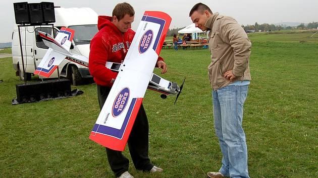 BYLO SE NAČ DÍVAT! Michal Kičák z Chebu (na snímku vlevo) obdivoval cvičného hornoplošníka leteckého modeláře Jaroslava Orose (vpravo).