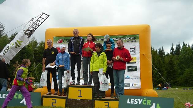 Stupně vítězů v kategoriích mužů a žen nad 55 let. Josef Milota stojí úplně vpravo.