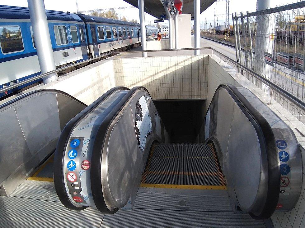 Během rekonstrukce nástupišť chebského nádraží, objevili železničáři závady v betonové konstrukci podchodů.