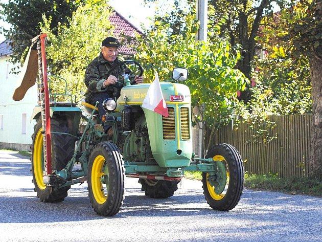 Traktorklub zakončil ve Skalné letošní sezónu, a to malou přehlídkou a spanilou jízdou přes město.