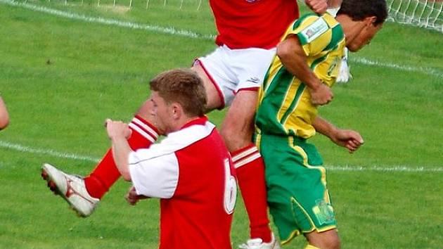 CHEBSKÉ obraně vypomáhá proti Baníku Sokov B i zkušený Šebesta (ve  výskoku v červeném dresu).