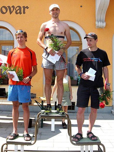 V KATEGORII  mužů obsadili první tři místa na Velké ceně Chodové Plané v triatlonu: Jakub Kršňák (Cheb), Petr Minařík (Zlín) a Jan Sokol (Sokolov) - zleva.
