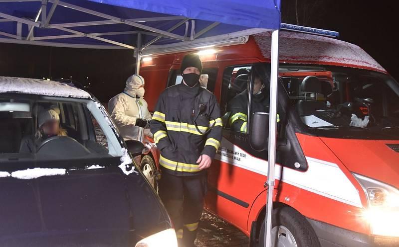 Od 4 hodin ráno fungujev Pomezí mobilní testovací místo, jehož provoz zajišťují hasiči.