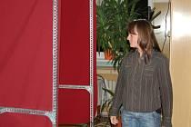 Členka volební komise Jana Našincová v pátek večer kontroloval pořádek v prostorech určených k úpravě hlasovacích lístků.