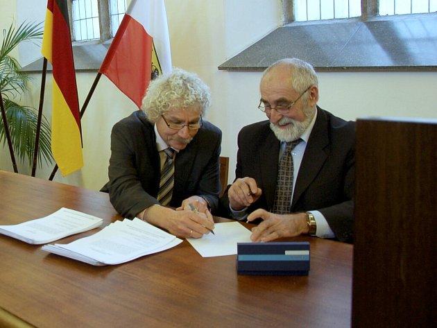 ZŘIZOVATELI NOVÉ NADACE Chebský les jsou město Cheb a okres Tirschenreuth. Podpisu nadační listiny se tak ujal starosta Chebu Pavel Vanoušek a přednosta okresu Tirschenreuth Wolfgang Lippert.