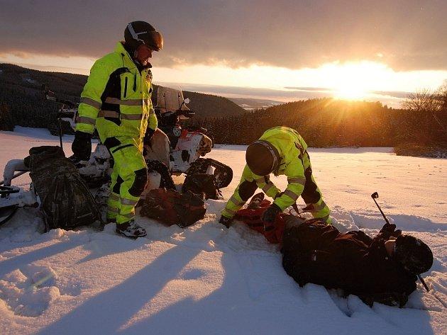 ČLENOVÉ Záchranné služby Royal Rangers (RSRR) hledali v Českém a Slavkovském lese ztracené běžkaře. Jednalo se o cvičení, které mělo prověřit připravenost záchranářského týmu.