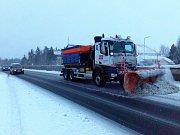 Situace na dálnici D6 v Karlovarském kraji je stále komplikovaná, přestože silničáři se ji snaží udržet sjízdnou. Jízda po ní stále vyžaduje velkou opatrnost, sníh začal tát a mění se v břečku.