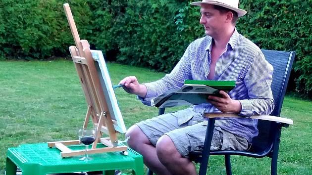 Jan Kučera se odreagovává při malování.