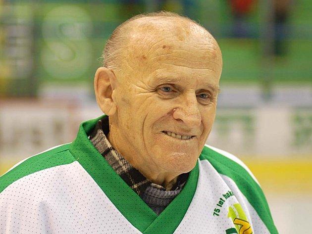 NESTÁRNOUCÍ LEGENDA, jedenaosmdesátiletý Václav Freiberg. Dres Dynama Karlovy Vary oblékal v padesátých létech.