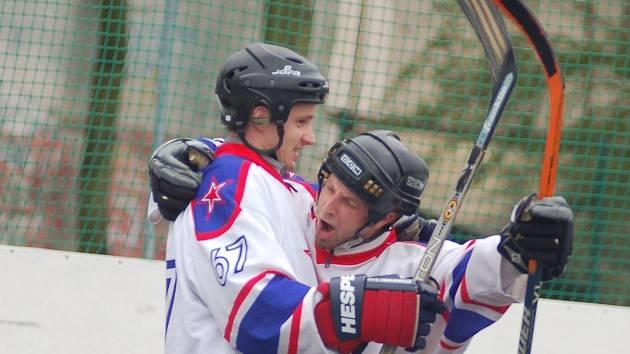 Jakub Frič (vlevo) a Jan Průša se radují z postupu do finále II.NHbL
