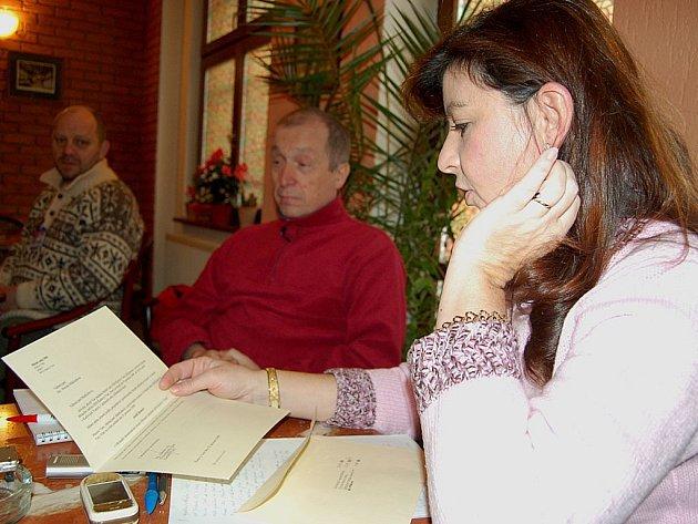 Rozhodnutí o tom, že tři karlovarští zastupitelé za ODS byli vyloučeni ze strany, dostala Monika Makkiehová (na snímku) v obálce s logem firmy Moser.