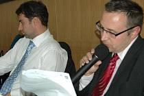 Neřeknu. Tomáš Vodenka (vpravo), vedoucí právního odboru karlovarského magistrátu společně se svými kolegy odmítl sdělit, kde práva vystudoval. Prý je to jejich privátní věc.