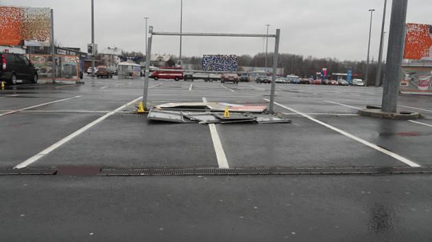 Billboard, do něhož narazil neopatrný řidič.