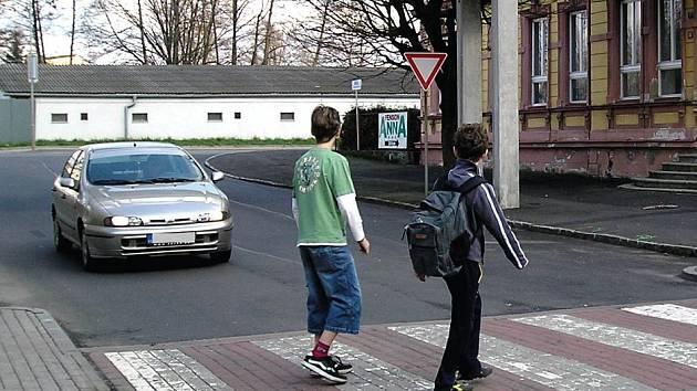 Přechod u školy v Karlových Varech – Dvorech patří právě k těm velmi rizikovým. Je totiž těsně za křižovatkou.