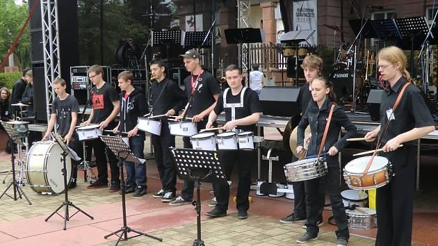 V rámci Klášterních slavností se v Ostrově na několika scénách představily nejrůznější kapely a orchestry.